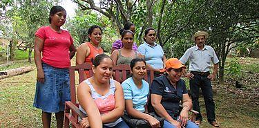 Mujeres de la RDO trabajan en proyectos de cría de pollos en Herrera