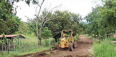 Se rehabilitan caminos de producción en Las Flores de Pesé