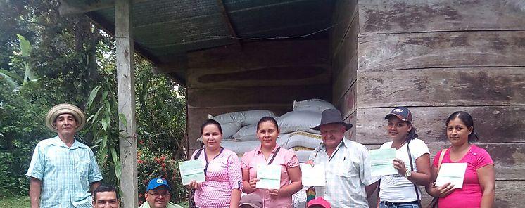 Entregan cheques de incentivos a productores de café