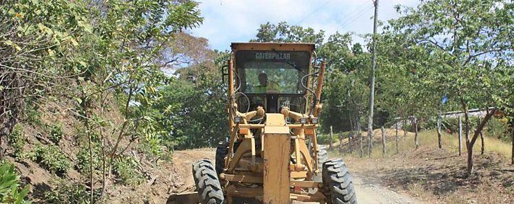 MOP de los Santos atiende caminos de producción con cortes y conformación de calzada