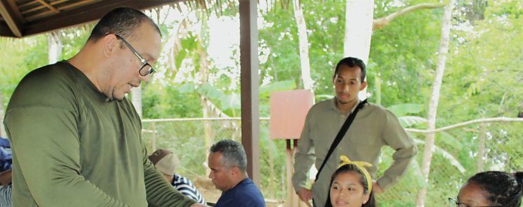 Estudiantes aprenden sobre el manejo y la conservación del bosque tropical y la biodiversidad