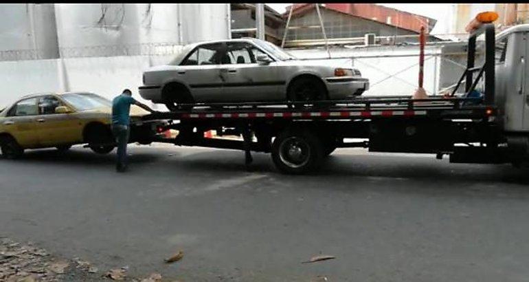 Remueven vehículos abandonados y multa conductores mal estacionados