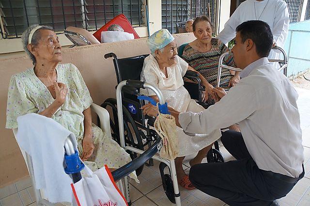 Visita de cortes a para conocer necesidades del asilo de for Asilos para ancianos